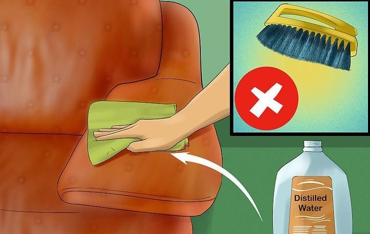 تمیز کردن مبلمان با دستمال نمدار